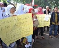 Demo Tol Bocimi, Para Ibu Tidur di Gerbang Kantor Wali Kota Bogor 233