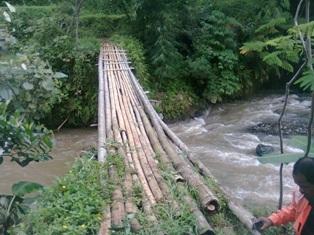 Jembatan Bambu Dua Kecamatan Kondisinya Parah 233
