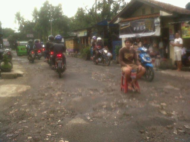 Warga Gotong Royong Perbaiki Jalan Rusak 237