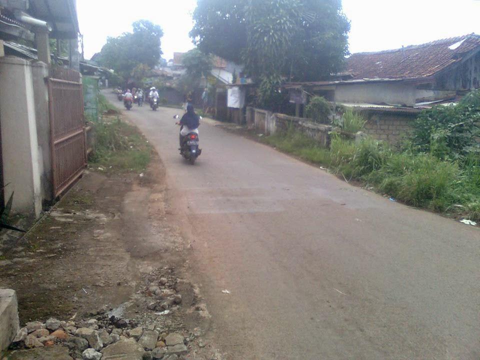 Jalan Pasar Ciluar Terancam Rusak 236