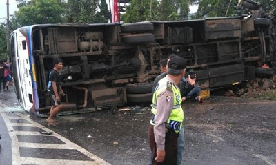 Bus Hantam Truk Dua Tewas Di Puncak Bogor 235