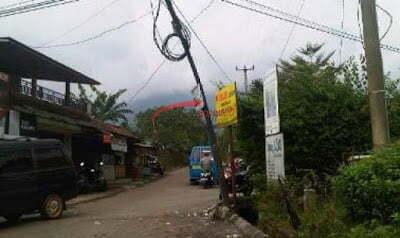Tiang Telkom Miring Membahayakan Warga 237
