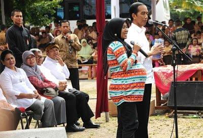 Sebelum ke GBLA, Jokowi Bagikan Biskuit Sehat 235