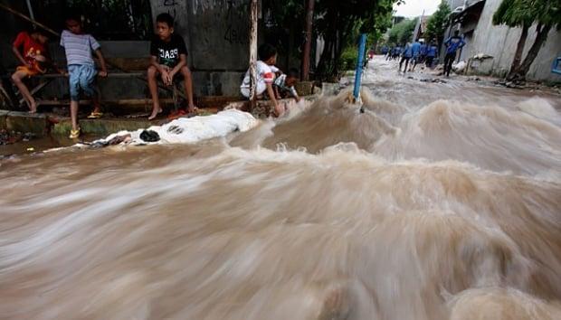 Deddy Mizwar Kunjungi Korban Banjir Bandung 237