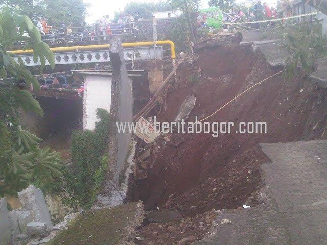 Warga Cibuluh Bogor Utara Terisolir Akibat Longsor 233