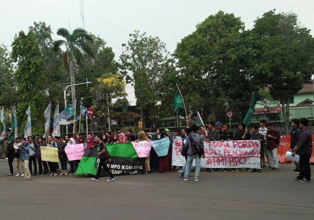 HMI MPO Cabang Bogor Desak Aparat Penegak Hukum untuk segera membongkar kasus mafia korup Porda Jabar Ke XIII Tahun 2018, di depan kantor Bupati Bogor (17/10/2018) siang.