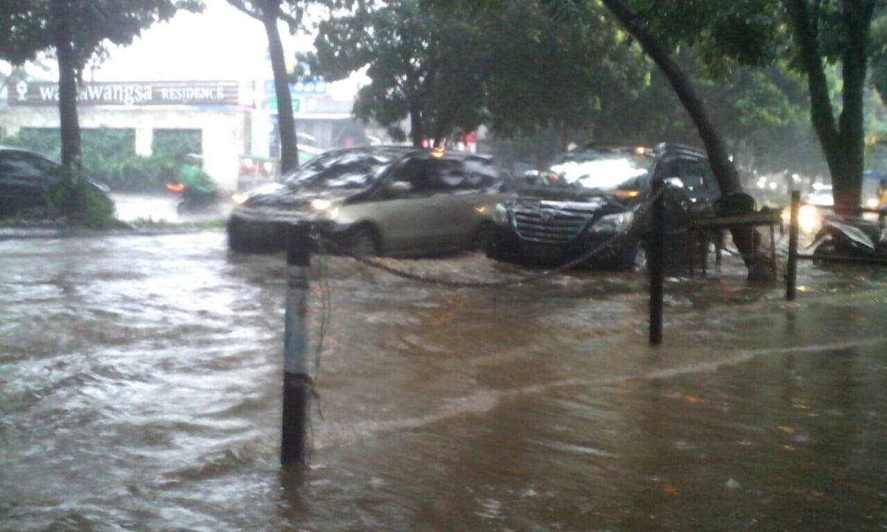 Jalan Eddy Yoso Pakansari Mirip Sungai Saat Hujan Deras 230