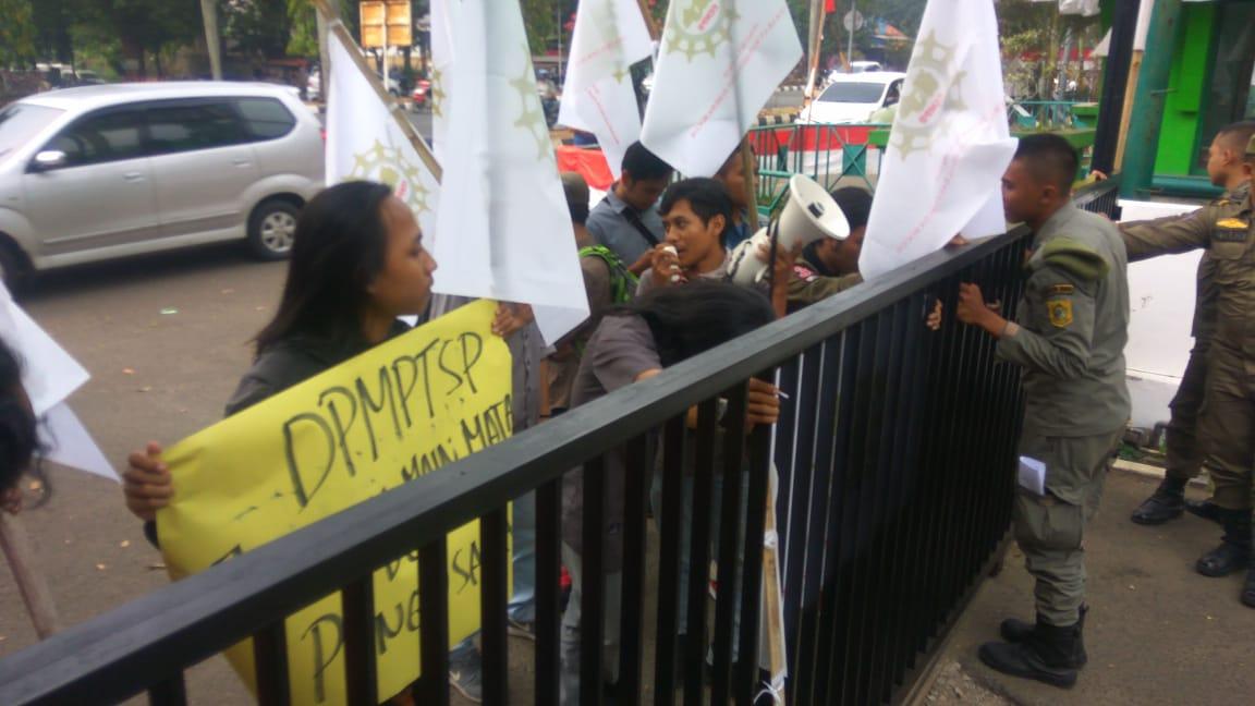 Demonstran Desak DPMPST Jangan Main Mata 235